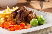 Rouleaux de bœuf rôti avec frites et légumes — Photo