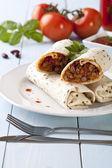 Envoltórios de burritos com feijão carne e legumes — Fotografia Stock