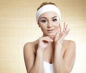 Lázně žena. krásná dívka po koupeli dotýká její obličej — Stock fotografie