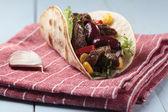 牛肉和蔬菜用玉米面豆卷 — 图库照片
