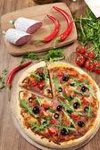 фефероны пицца на плите — Стоковое фото