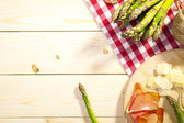 Roasted asparagus with ham and parmesan cheese — Stockfoto