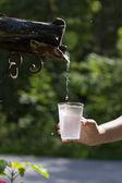 água pingando de uma torneira — Fotografia Stock