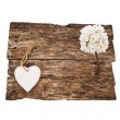 Old board decorated with white flowers and a heart-shaped figure  — Stock Photo
