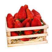 Čerstvé jahody v dřevěné krabici izolovaných na bílém pozadí — Stock fotografie