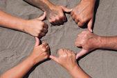 Руки на песке — Стоковое фото