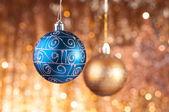 Adornos de navidad azul y oro — Foto de Stock