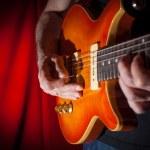 spela gitarr — Stockfoto