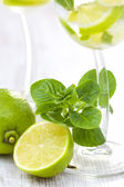 Mojito machen cocktail — Stockfoto
