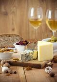 Bílé víno a sýr uspořádání na stůl — Stock fotografie