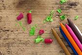 Lápices de colores coloridos sobre fondo de madera — Foto de Stock
