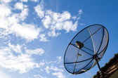 Installera parabolantenn på taket. — Stockfoto