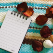 Note pad and white flower — Stock Photo