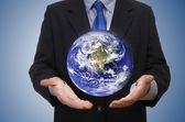 Iş adamı holding gezegen — Stok fotoğraf