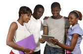Quatre amis africains en regardant tablet pc — Photo