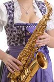 Saksafon, detay oynarken dirndl elbiseli kadın — Stok fotoğraf