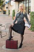 Femme d'affaires dans la ville — Photo