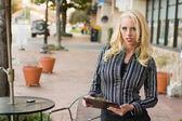 Biznes kobieta w mieście — Zdjęcie stockowe