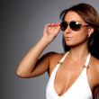 Portrait of a beautiful young woman wearing sunglasses — Stockfoto