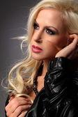 портрет сексуальная грудастая блондинка молодая женщина позирует в кожаной куртке — Стоковое фото
