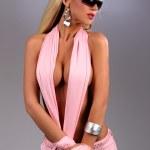 Sexy busty Mädchen posiert in Rosa Jeans mit Sonnenbrille — Stockfoto #37895501