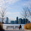 Foto Stock: Womon bench at Hudson River Park.