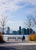 Woman on bench at Hudson River Park. — ストック写真