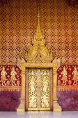 Ornate golden portal at Buddhist temple. — Stock Photo