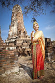 Mujer realizar baile típico tailandés con fondo de templo de estilo tailandés — Foto de Stock