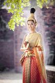穿典型泰国服饰泰式寺庙背景的女人 — 图库照片