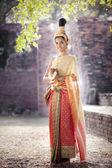 Mujer vestida con traje típico tailandés con fondo de templo de estilo tailandés — Foto de Stock