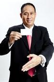 портрет деловой человек, держащий пустой примечание карты — Стоковое фото
