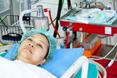 Portret van vrouw patiënt ontvangende kunstmatige ventilatie in het ziekenhuis — Stockfoto