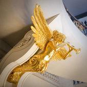 Estátua de ouro sob o teto — Foto Stock