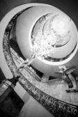 Escadaria espiral luxuoso em preto e branco — Foto Stock