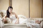 стройная женщина в белом платье — Стоковое фото