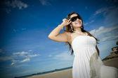 Hermosa chica asiática con gafas de sol — Foto de Stock