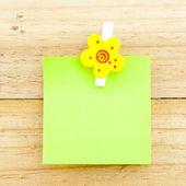 Carta verde con la clip sullo sfondo in legno — Foto Stock