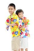 Dwóch azjatyckich chłopców z waterguns — Zdjęcie stockowe