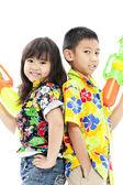 Meisje en jongen met waterguns — Stockfoto