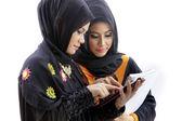 Tablet bilgisayar ile Müslüman Asyalı kız öğrenci — Stok fotoğraf