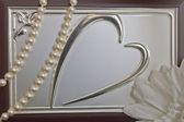 Image de coeur sur le dessus de la boîte et perles — Photo