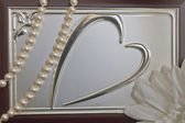 Image of the heart on the top of the box and pearls — Stock Photo