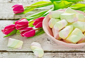 Beautiful tulips and multicolor marshmallows — Stock Photo
