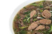 Comida vietnamita, sopa de fideos de arroz con rodajas de ternera salteada y — Foto de Stock