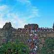Siem Reap , CAMBODIA - MAY 02: Unidentified tourists climbing to — 图库照片