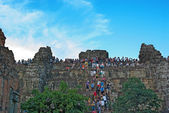 Siem Reap , CAMBODIA - MAY 02: Unidentified tourists climbing to — Stock Photo