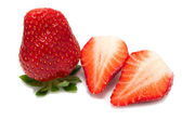Verse aardbeien op witte achtergrond — Stockfoto