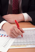 бизнесмен с финансовых документов — Стоковое фото