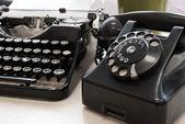 Telefone e a máquina de escrever vintage — Fotografia Stock